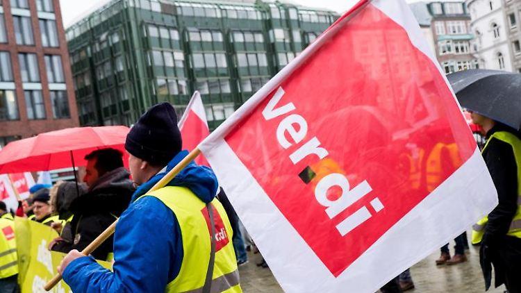 Beschäftigte des Hamburger Flughafens nehmen während eines Warnstreiks an einer Kundgebung teil. Foto: Daniel Bockwoldt/Archiv