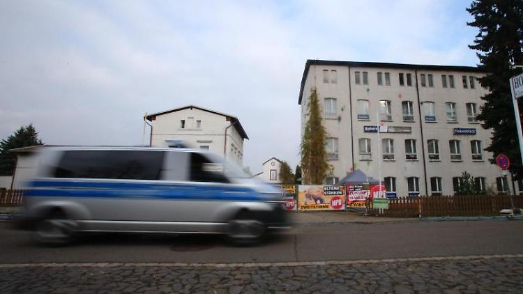 Ein Polizeiwagen fährt an dem Hotel