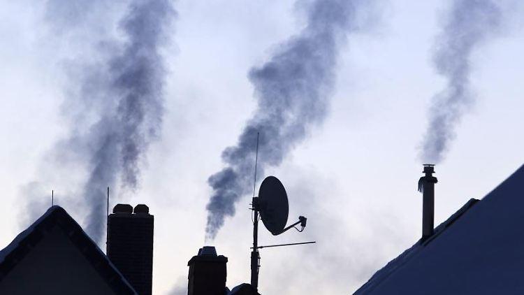 Dampf über Schornsteinen moderner Heizungsanlagen. Foto: Michael Reichel/Archiv