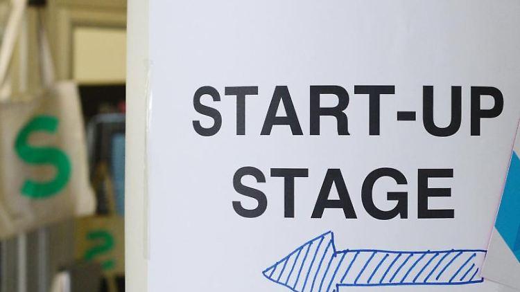 Ein Pfeil zeigt auf der Digital-Konferenz Next Berlin den Weg zur Bühne für Start-ups. Foto: Jens Kalaene/Archiv