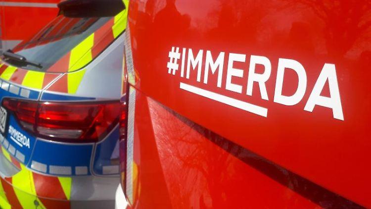 Einsatzfahrzeuge der Polizei und der Feuerwehr sind mit dem Slogan #IMMERDA versehen. Foto: Gregor Bauernfeind