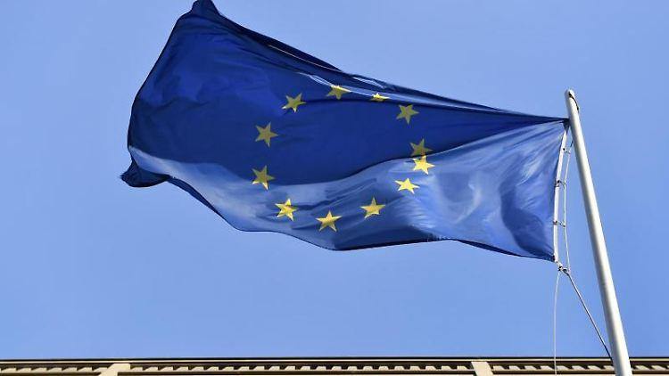 Eine Europafahne weht am Europäischen Haus Berlin am Pariser Platz. Foto: Jens Kalaene/Archiv
