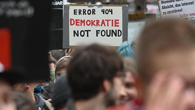 Tausende Menschen protestieren mit Schildern und Plakaten gegen die geplante Urheberrechtsreform. Foto: Henning Kaiser