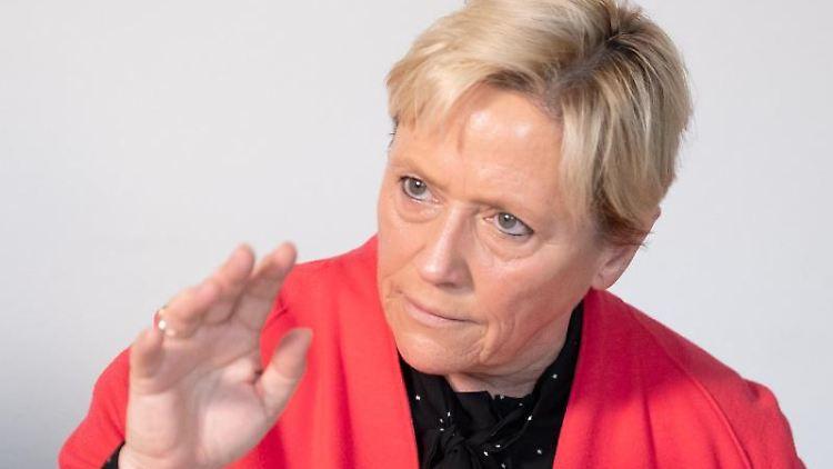 Susanne Eisenmann (CDU), Kultusministerin in Baden-Württemberg, antwortet bei einem Gespräch mit dpa-Journalisten auf Fragen. Foto: Bernd Weißbrod/Archiv