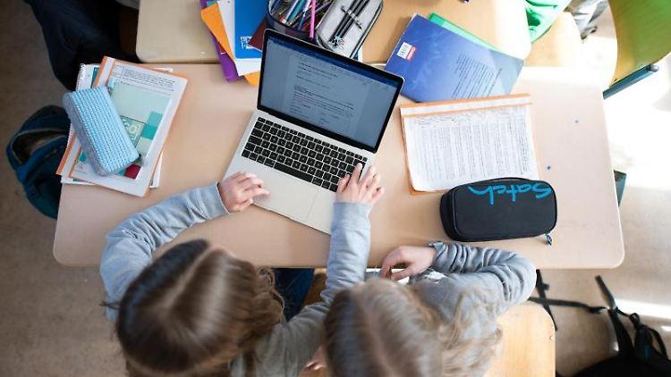 Schüler einer fünften Klasse eines Gymnasiums benutzen im Unterricht einen Laptop. Foto: Daniel Reinhardt/Archiv