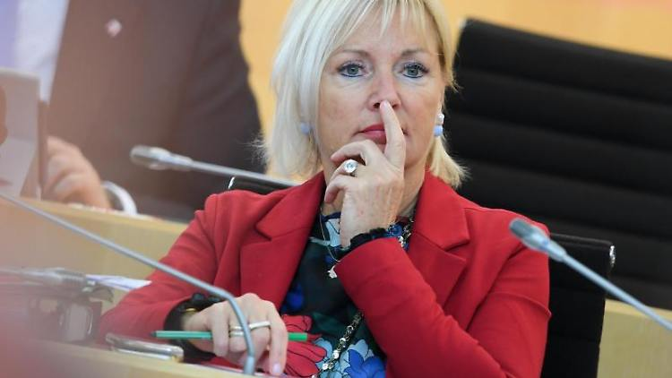 Kristina Sinemus (parteilos) nimmt an einer Plenarsitzung des Hessischen Landtags teil. Foto: Arne Dedert/Archiv