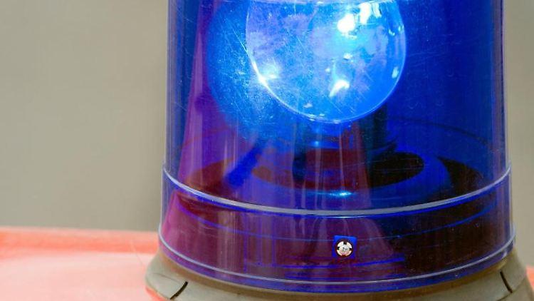 Ein Blaulicht auf einem Feuerwehrwagen. Foto: Patrick Pleul/Archiv