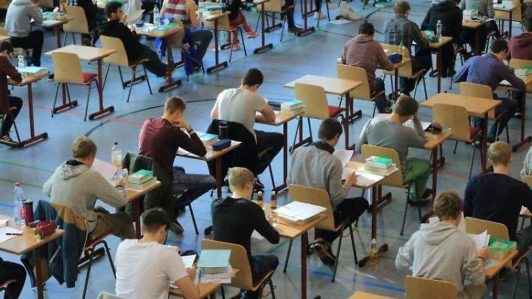 Schülerinnen und Schüler arbeiten an ihrem schriftlichen Abitur im Prüfungsfach Englisch. Foto: Jens Wolf/Archiv