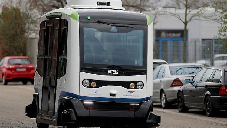 Ein autonom fahrender Bus fährt über den Busbahnhof in Monheim. Foto: Oliver Berg