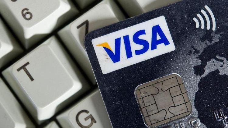 Eine Visa-Kreditkarte liegt auf einer Tastatur. Foto: Ole Spata/Archiv