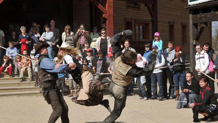 Ein zünftige Prügelei findet vor dem Saloon in der Westernstadt Eldorado in Templin statt. Foto: Bernd Settnik/Archiv