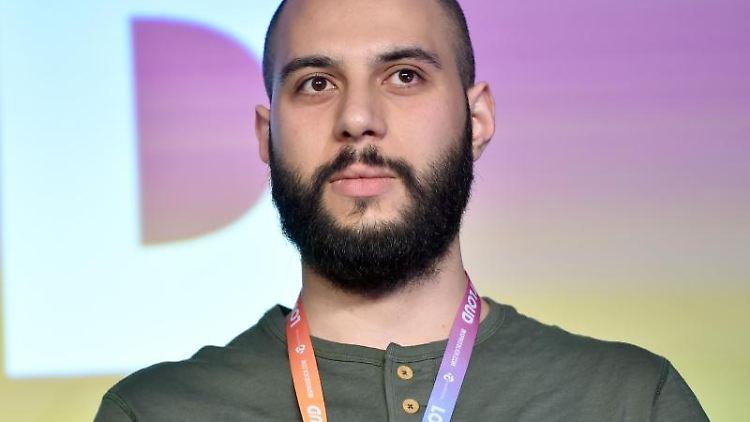 Journalist Ahmad Alrifaee aus Syrien sprichtauf der Internetkonferenz re:publica über das Darknet. Foto: Britta Pedersen/Archiv