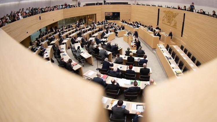 Die Abgeordneten sitzen im Landtag von Baden-Württemberg (Aufnahme mit Fisheye-Objektiv). Foto: Sebastian Gollnow/Archiv