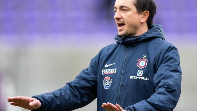Aues Trainer Daniel Meyer gibt vor Beginn des Spiels Anweisungen. Foto: Robert Michael/Archivbild