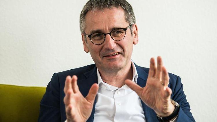Hendrik Hering (SPD), Präsident des rheinland-pfälzischen Landtags, gestikuliert. Foto: Andreas Arnold/Archiv