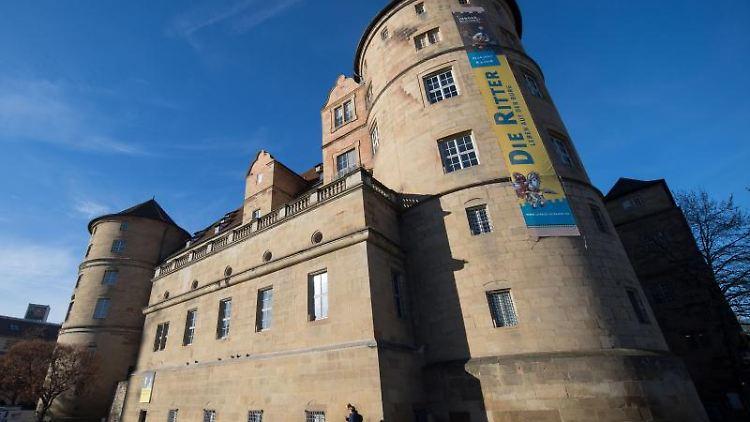 Ein Fußgänger geht in Stuttgart (Baden-Württemberg) am Alten Schloss vorbei. Foto: Marijan Murat/Archiv