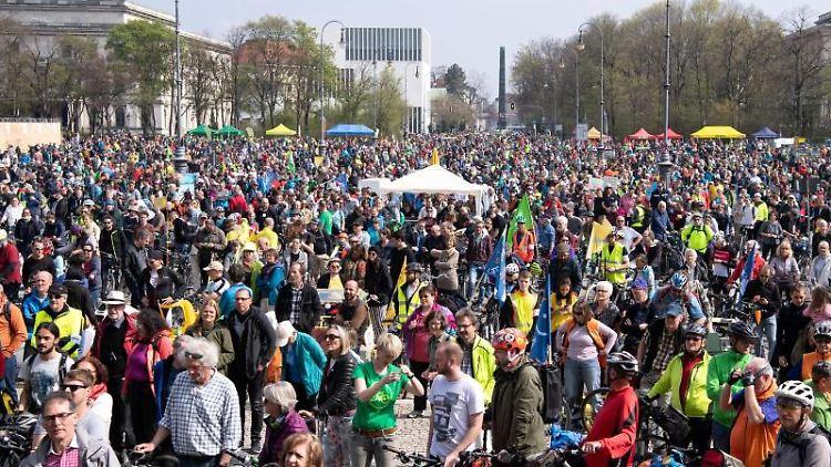 Zahlreiche Teilnehmer nehmen an der Radsternfahrt durch die Innenstadt teil. Foto: Sven Hoppe
