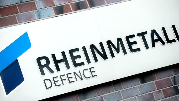 Das Logo von Rheinmetall Defence an einer Wand des Verwaltungsgebäudes in Unterlüß. Foto: Hauke-Christian Dittrich/Archivbild