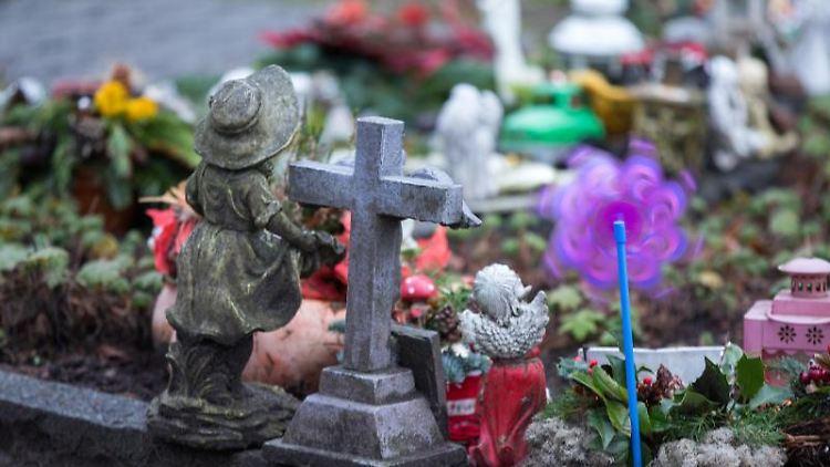 Gabsteine sind auf einem Friedhof zu sehen. Foto: Jens Büttner/Archiv