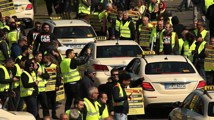 Taxifahrer protestieren auf den Oberkasseler Rheinwiesen in Düsseldorf. Foto: David Young