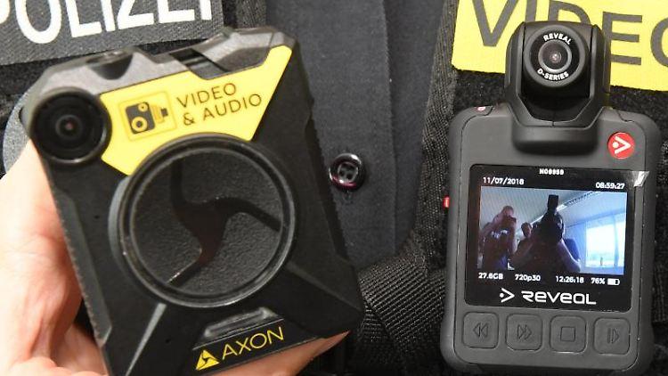 Eine Polizistin mit Bodycams. Foto: Stefan Sauer/Archivbild