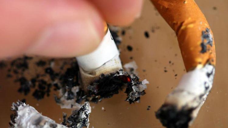 Eine Zigarette wird in einem Aschenbecher ausgedrückt. Foto: Oliver Berg/Archivbild