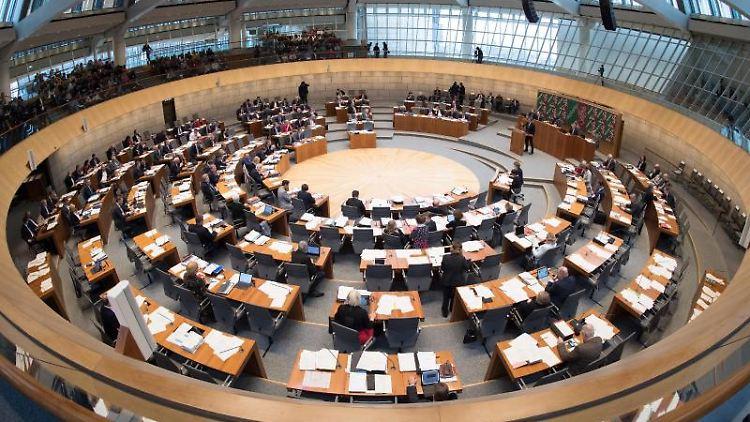 Das Plenum des nordrhein-westfälischen Landtages debattiert in Düsseldorf. Foto: Federico Gambarini/Archivbild