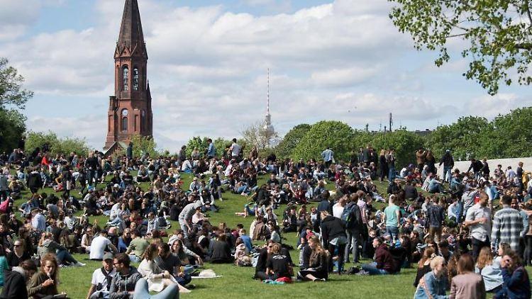 Zahlreiche Besucher feiern beim Kreuzberger Maifest