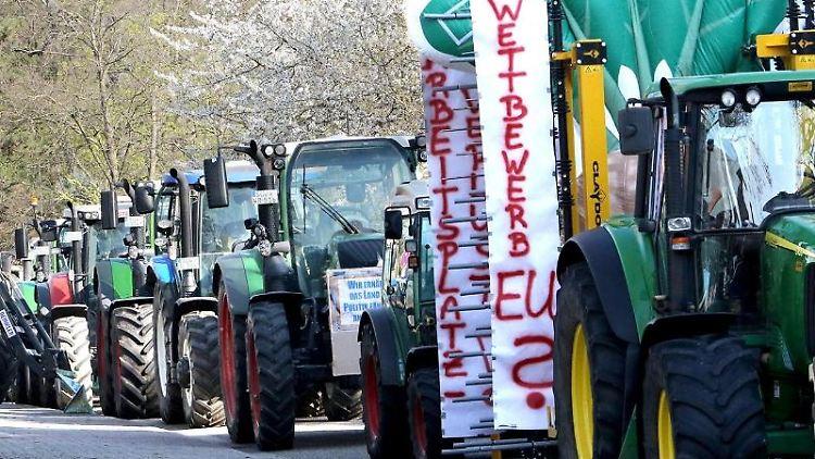Demonstrierende Landwirte fahren mit Traktoren durch die Stadt. Foto: Bjørn Kray Iversen/Archivbild
