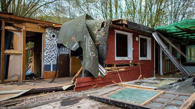 Die bereits zum Teil abgerissene Parzelle des mutmaßlichen Täters auf dem Campingplatz Eichwald. Foto: Guido Kirchner
