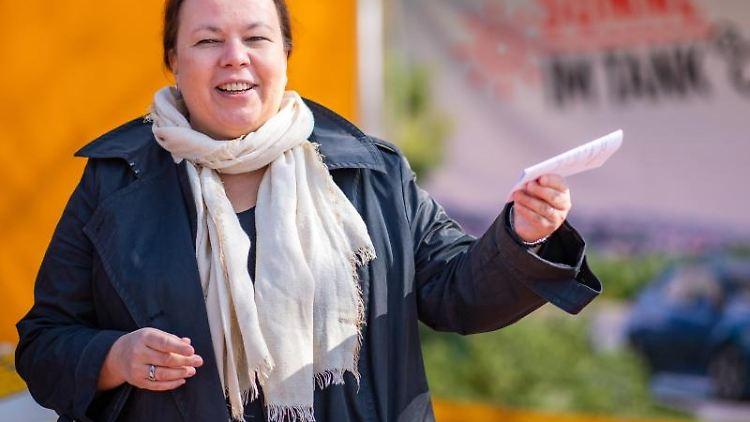 Ursula Heinen-Esser (CDU), NRW-Ministerin für Umwelt, Landwirtschaft, Natur- und Verbraucherschutz informiert an einem Stand. Foto: Guido Kirchner