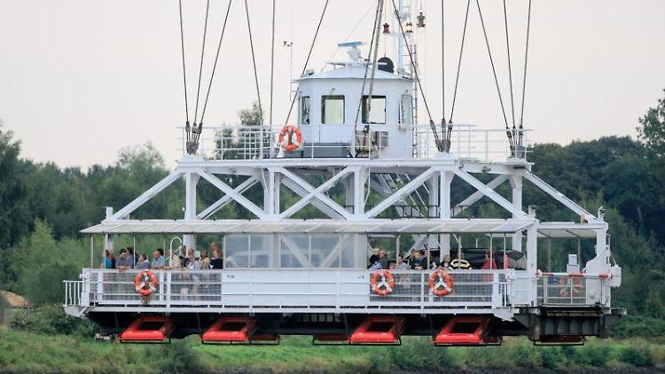 Die Schwebefähre unter der Rendsburger Eisenbahnhochbrücke überquert den Nord-Ostsee-Kanal. Foto: Markus Scholz/Archiv