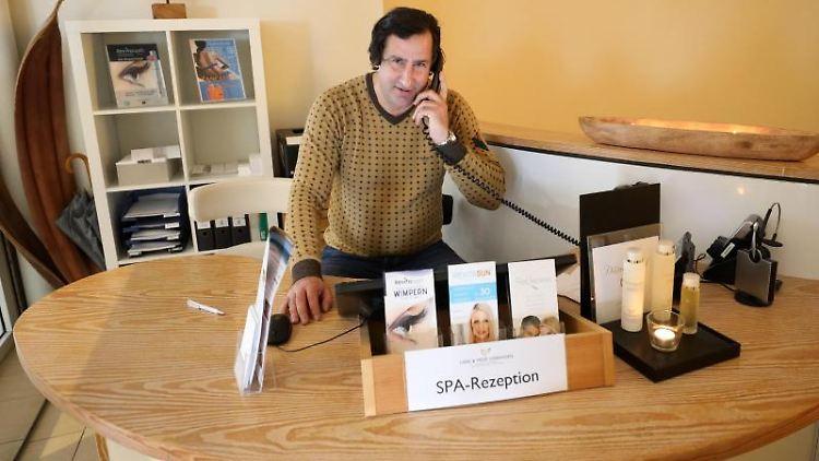 Christian Schenk sitzt als Sport- und Eventmanager im Hotel