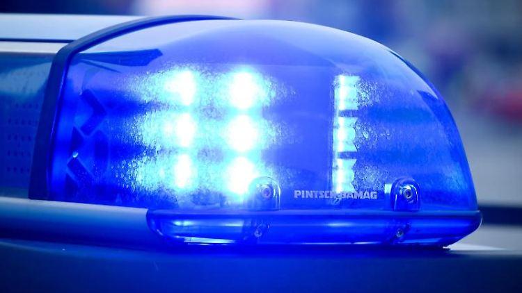 Ein Blaulicht leuchtet an einem Polizeiauto. Foto: Patrick Pleul/Archivbild