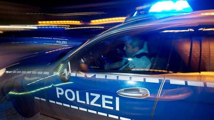 Eine Polizeistreife fährt zu einem Einsatz. Foto: Patrick Seeger/Archivbild