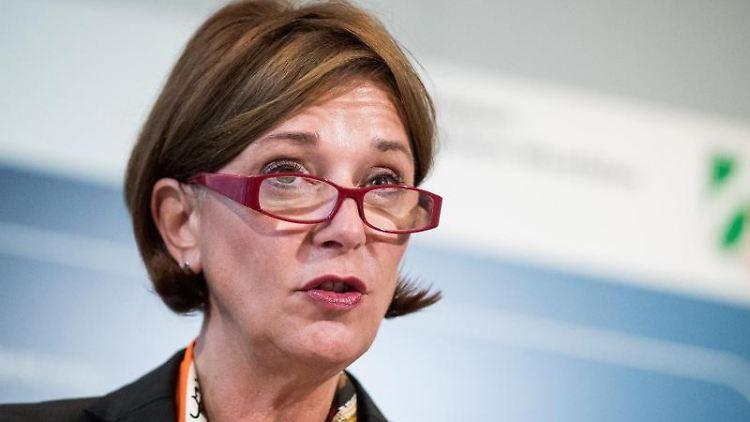 Yvonne Gebauer (FDP), nordrhein-westfälische Schulministerin, spricht in Düsseldorf. Foto: Marcel Kusch/Archivbild