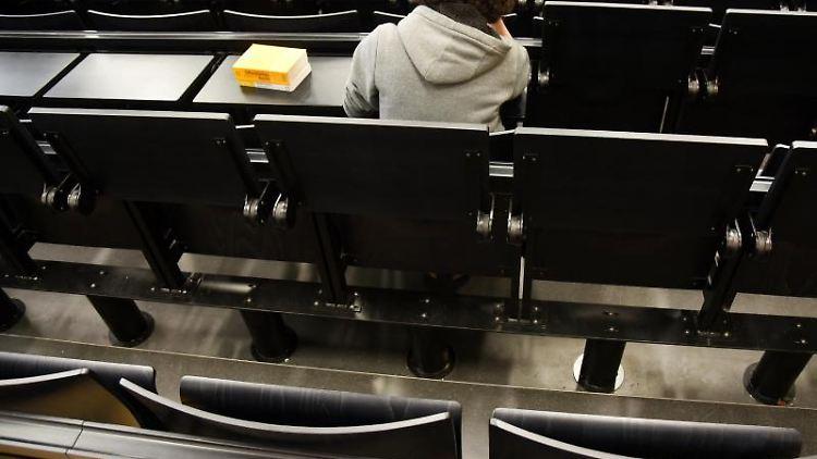 Eine Studentin sitzt in einem Hörsaal. Foto: Waltraud Grubitzsch/Archivbild