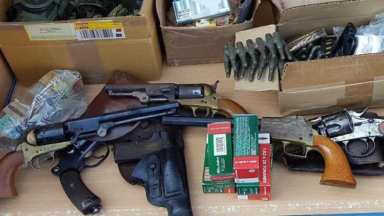 Schusswaffen und Munition liegen auf einem Tisch. Foto: Polizei Hannover/Archivbild