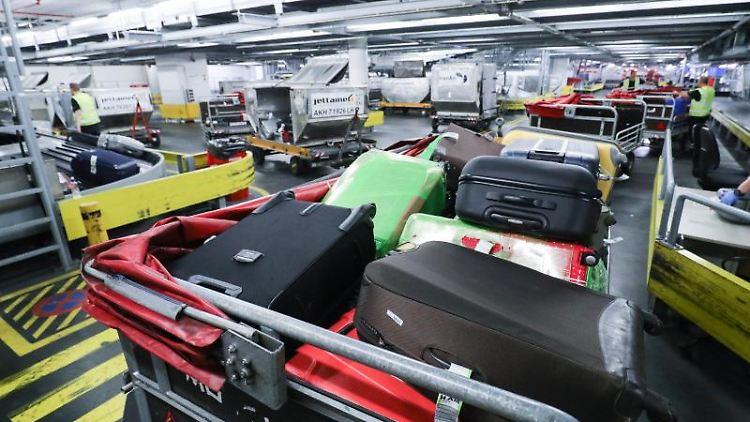 Gepäck liegt auf dem Flughafen Hamburg auf den Gepäckbändern. Foto: Christian Charisius/Archivbild