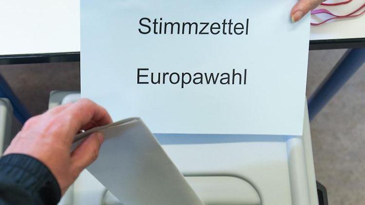 Ein Wähler wirft seinen Stimmzettel für die Europawahl in die Wahlurne. Foto: Oliver Dietze/Archivbild