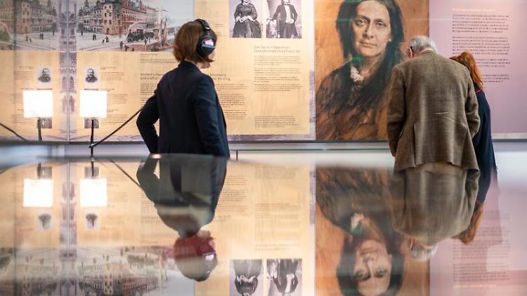 Besucher stehen in der Ausstellung