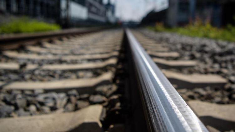 Eine geschliffene Schiene ist im Gleisbett zu sehen. Foto: Matthias Balk/Archiv