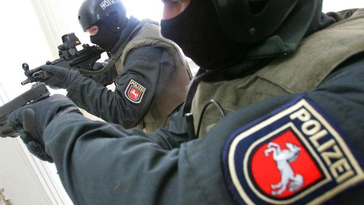 Bei einem Training üben Beamte des Spezialeinsatzkommandos (SEK) am 16.02.2005 in Hannover den Ernstfall. Foto: Rainer Jensen/Archivbild