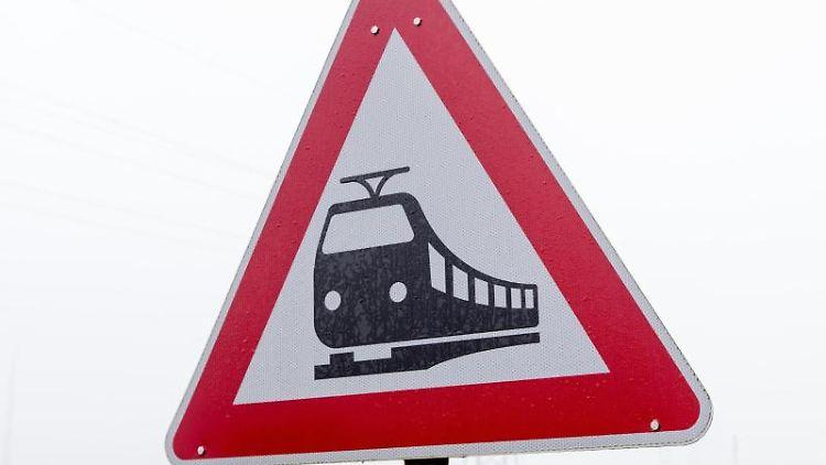 Ein Verkehrsschild warnt vor Zugverkehr an einem unbeschrankten Bahnübergang. Foto: Friso Gentsch/Archivbild