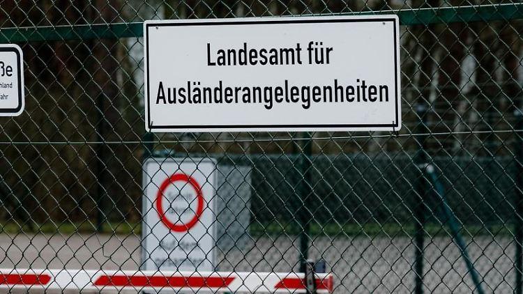 Der Eingangsbereich zur Flüchtlingsunterkunft Boostedt ist zu sehen. Foto: Markus Scholz/Archivbild