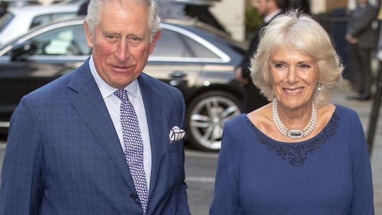 Prinz Charles von Großbritannien und Camilla, Herzogin von Cornwall, kommen zu einer Teegesellschaft. Foto: Steve Parsons/PA/Archivbild