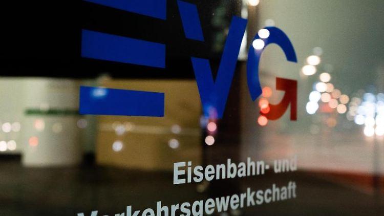 Das Logo der Eisenbahn- und Verkehrsgewerkschaft (EVG) ist an einer Scheibe der Geschäftsstelle zu sehen. Foto: Raphael Knipping/Archiv