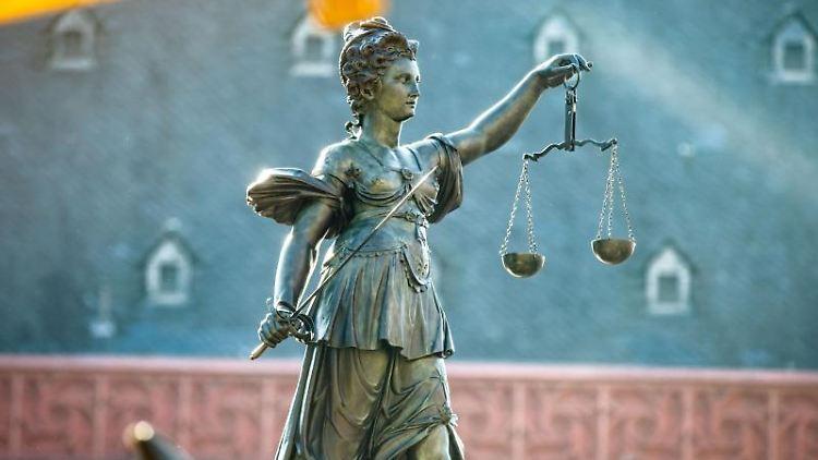 Justitia-Figur auf dem Gerechtigkeitsbrunnnen auf dem Römerberg. Foto: Frank Rumpenhorst/Archiv