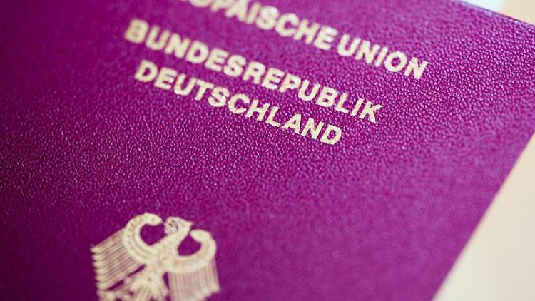 Ein Reisepass der Bundesrepublik Deutschland. Foto: Rolf Vennenbernd/Archiv
