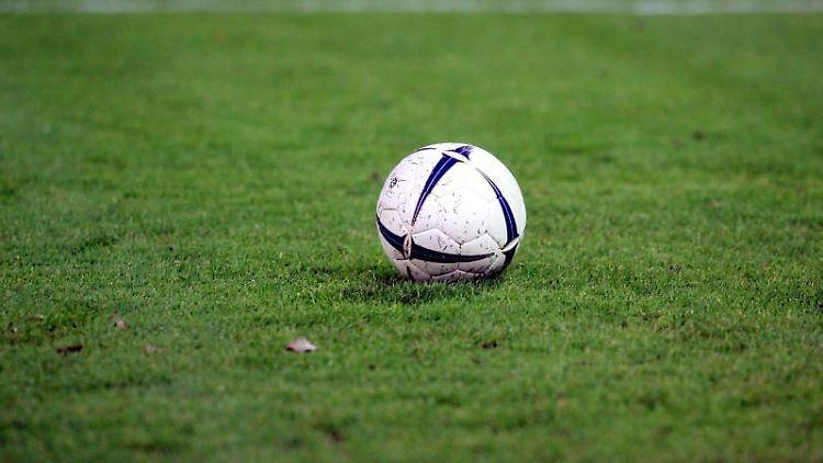 Ein Fußball liegt auf dem Rasen. Foto: Uli Deck/Archivbild